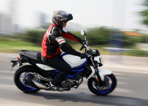 Suzuki Gladius 650 dep va manh me tren pho Sai Gon