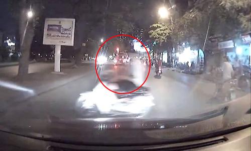 Clip Chay tron Canh Sat hai quai xe xem chut lao dau vao xe hoi - 2