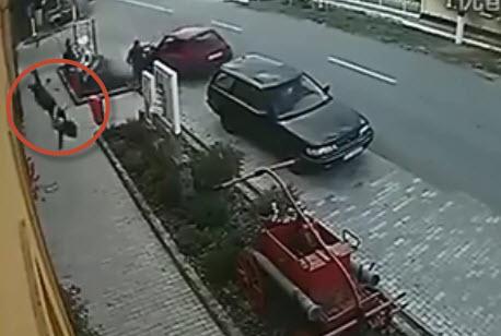 Clip Thanh nien chay moto bi vang ca chuc met khi lao dau vao xe hoi