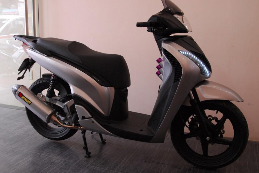 Honda SH do chat va doc la voi 3 ong khoi