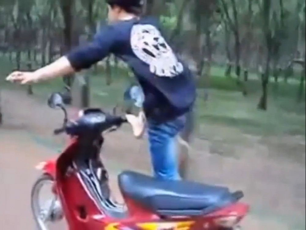 Thanh nien dien xiec tren chiec wave tau toc do cao