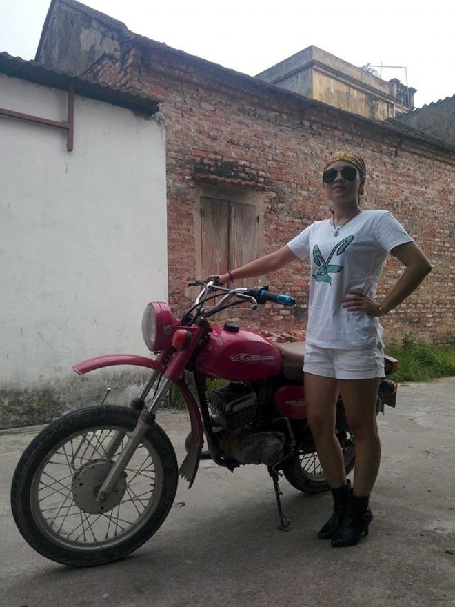 Co gai xinh dep va ca tinh tai Ha Noi dam me xe Minsk kho - 10