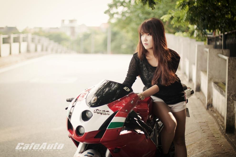 Anh Thieu nu xinh dep ben sieu moto Ducati 999 vang bong mot thoi