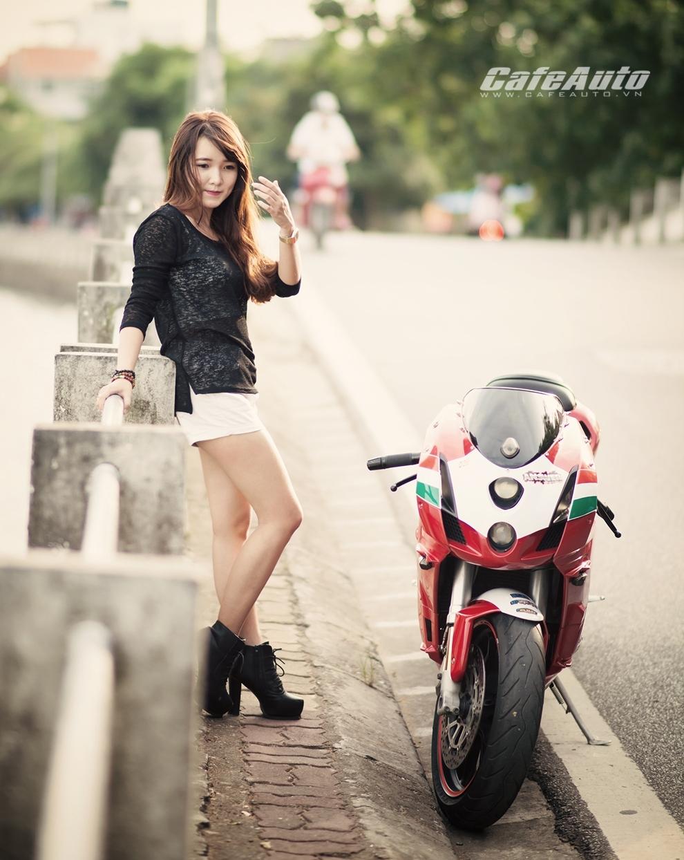 Anh Thieu nu xinh dep ben sieu moto Ducati 999 vang bong mot thoi - 2