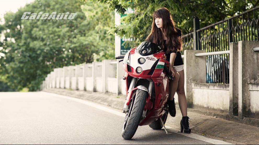 Anh Thieu nu xinh dep ben sieu moto Ducati 999 vang bong mot thoi - 3