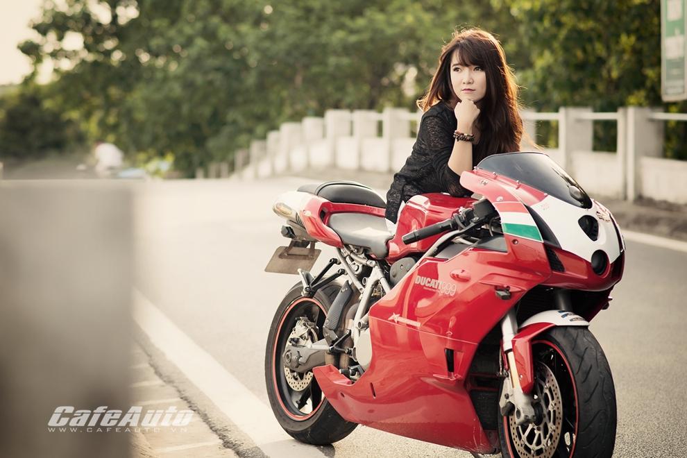 Anh Thieu nu xinh dep ben sieu moto Ducati 999 vang bong mot thoi - 4