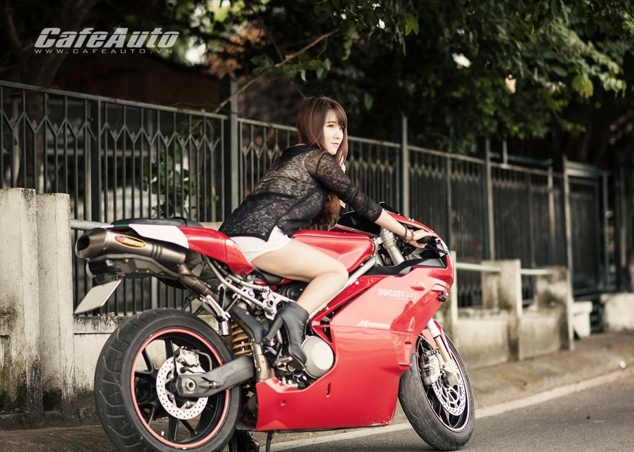 Anh Thieu nu xinh dep ben sieu moto Ducati 999 vang bong mot thoi - 5
