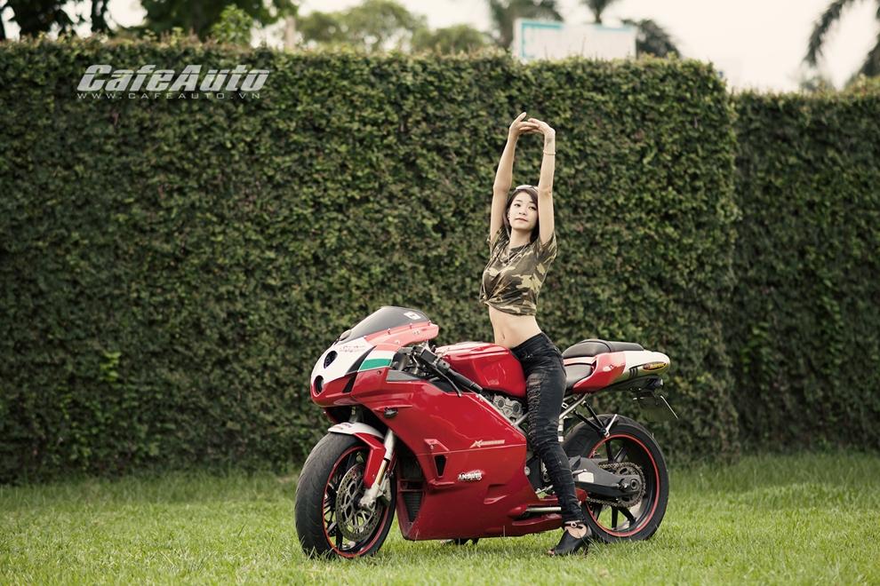 Anh Thieu nu xinh dep ben sieu moto Ducati 999 vang bong mot thoi - 9