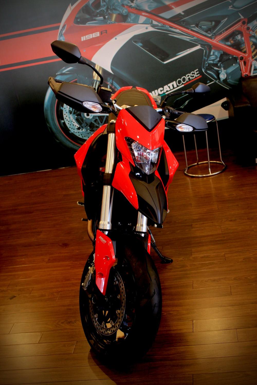 Vua dia hinh tren pho dong nguoi Ducati Hypermotard 821
