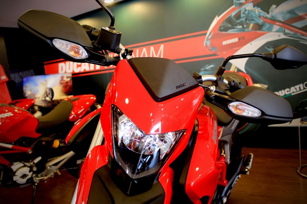 Vua dia hinh tren pho dong nguoi Ducati Hypermotard 821 - 2