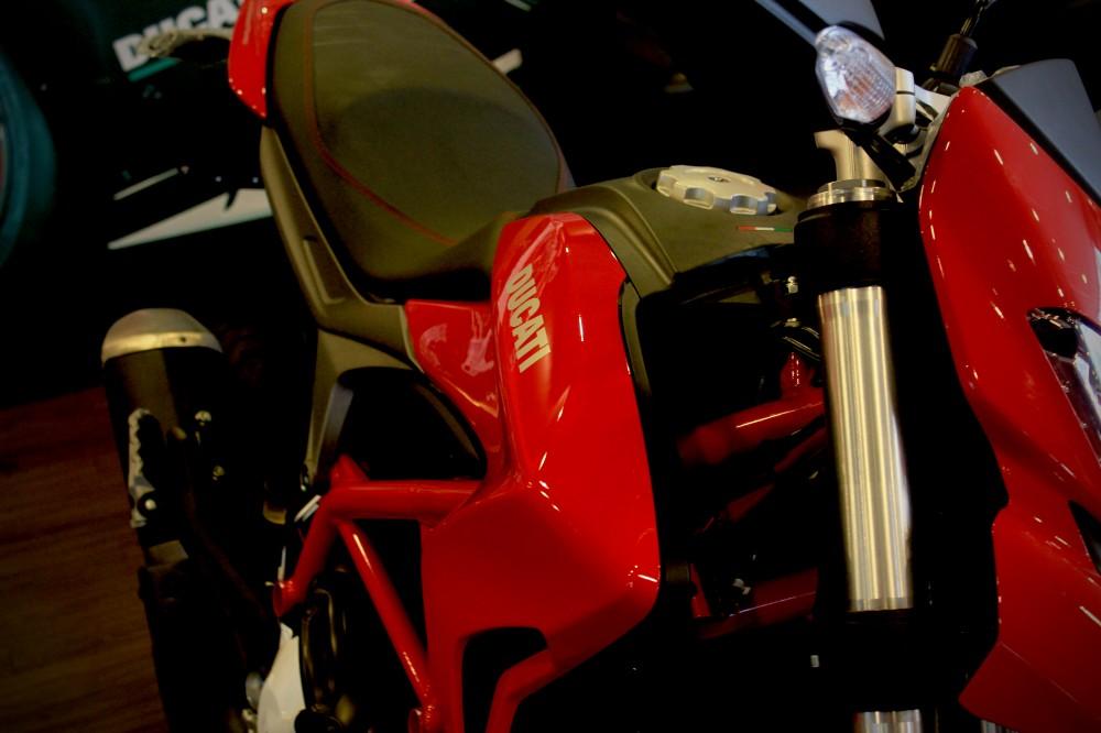 Vua dia hinh tren pho dong nguoi Ducati Hypermotard 821 - 3