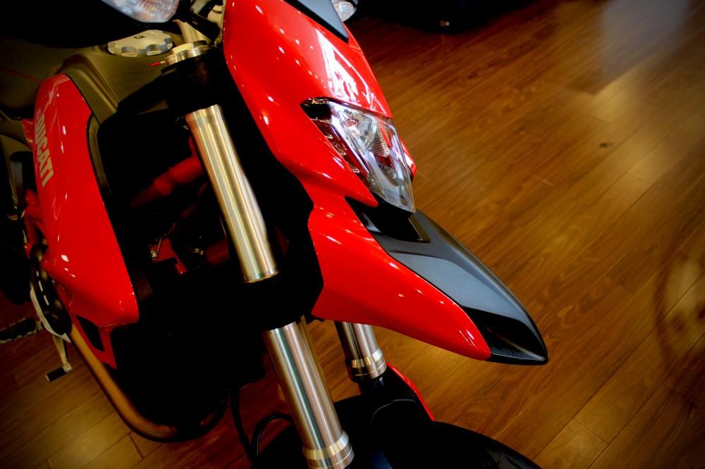 Vua dia hinh tren pho dong nguoi Ducati Hypermotard 821 - 4