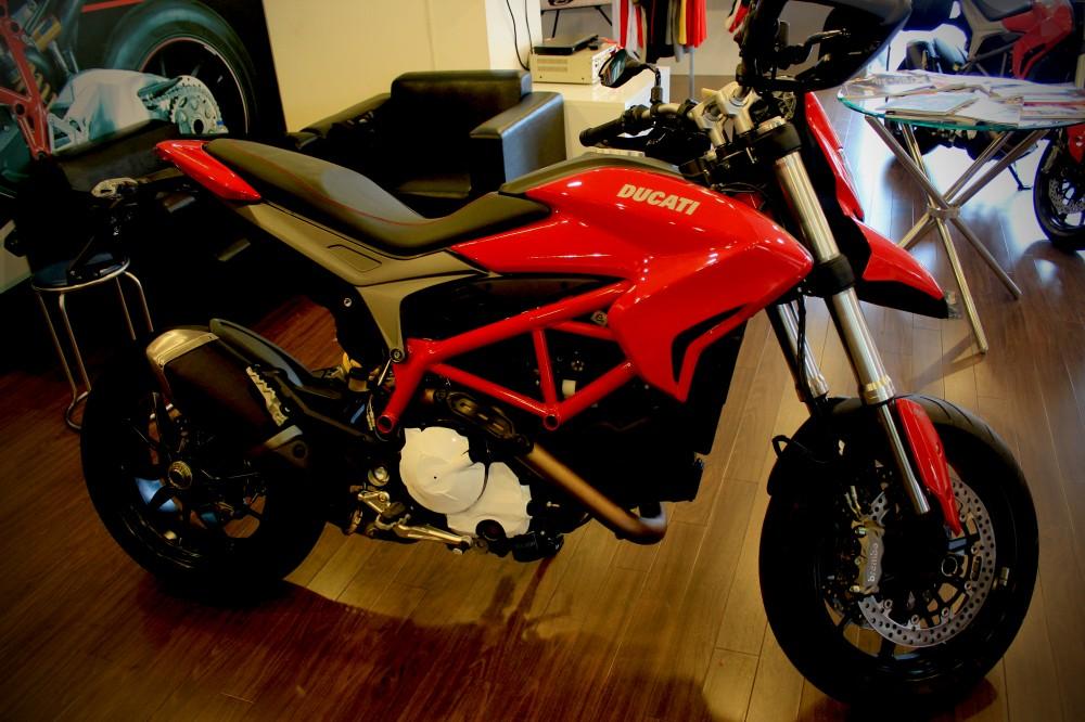 Vua dia hinh tren pho dong nguoi Ducati Hypermotard 821 - 7