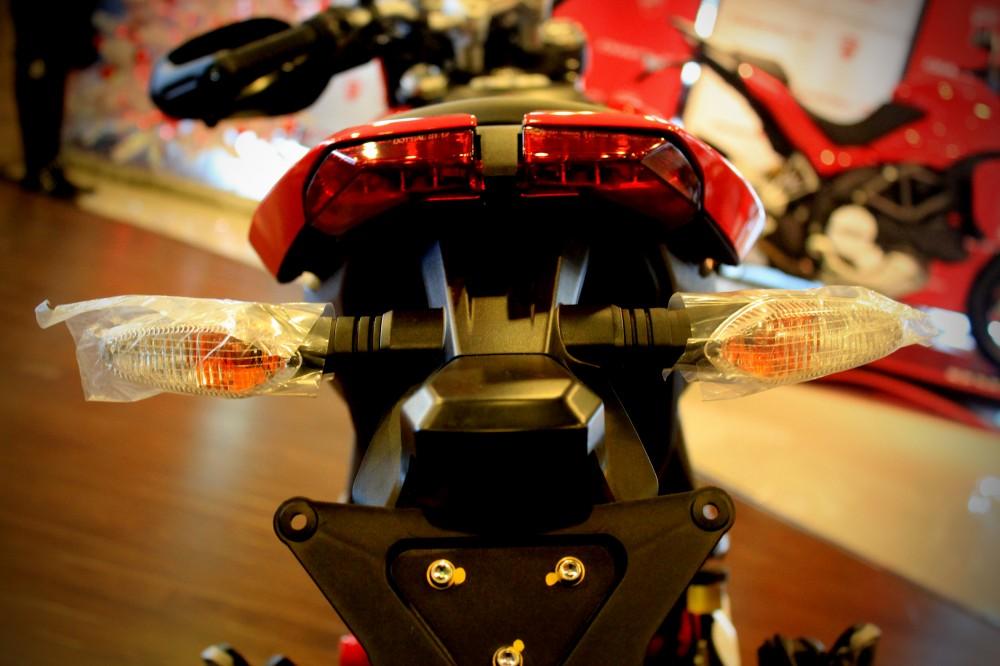 Vua dia hinh tren pho dong nguoi Ducati Hypermotard 821 - 9