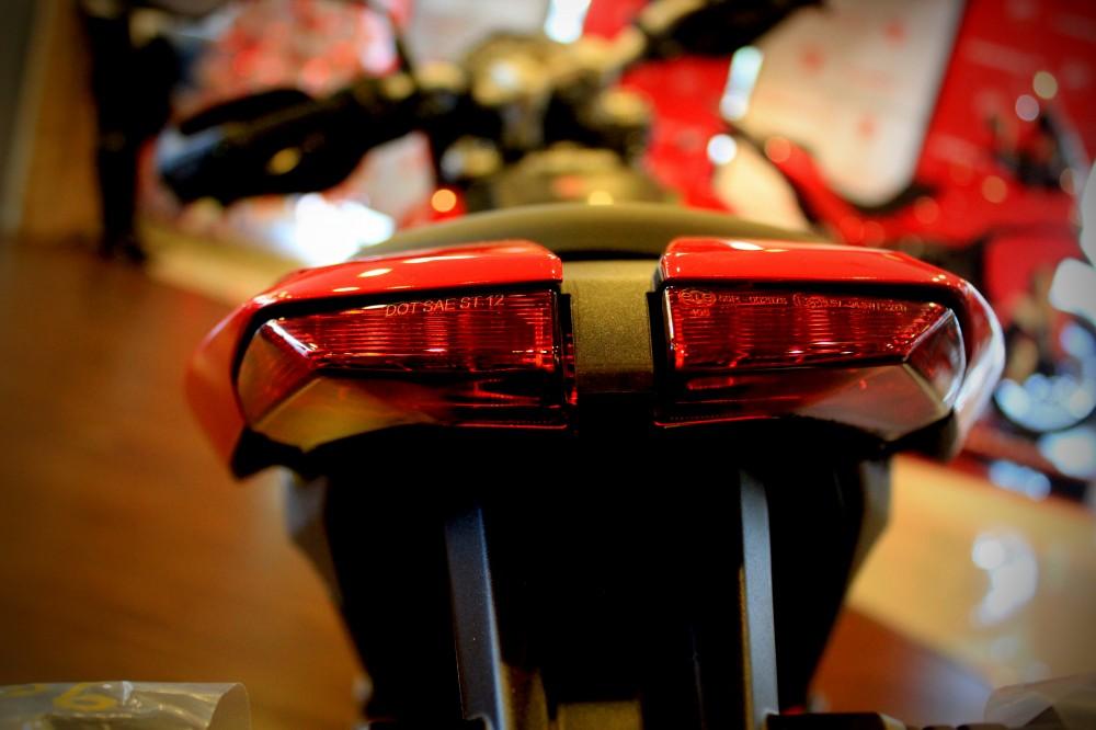 Vua dia hinh tren pho dong nguoi Ducati Hypermotard 821 - 10