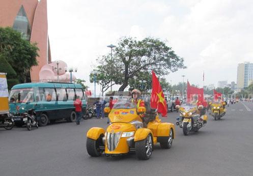 Doan moto dan doan voi tong mau vang choi tai Nha Trang - 3