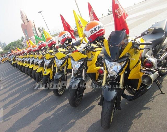 Doan moto dan doan voi tong mau vang choi tai Nha Trang - 4