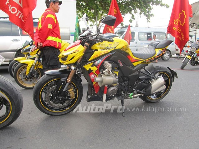 Doan moto dan doan voi tong mau vang choi tai Nha Trang - 5