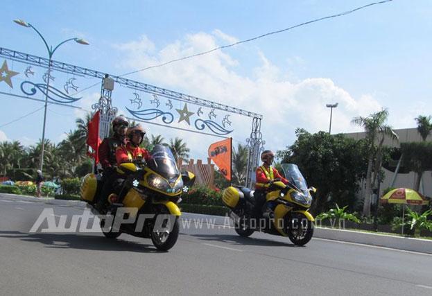 Doan moto dan doan voi tong mau vang choi tai Nha Trang - 6