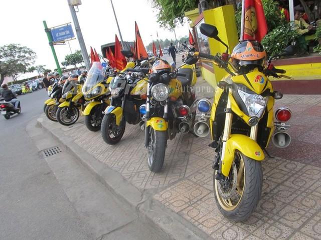 Doan moto dan doan voi tong mau vang choi tai Nha Trang - 7