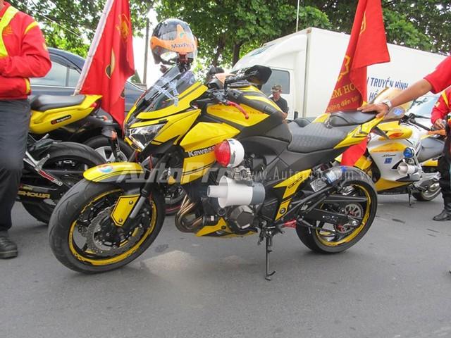 Doan moto dan doan voi tong mau vang choi tai Nha Trang - 10
