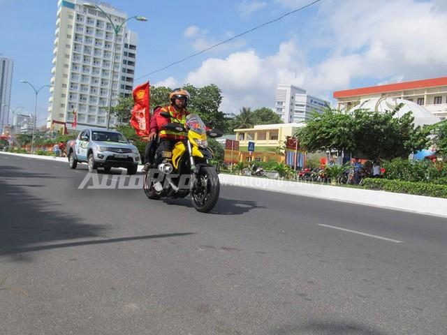 Doan moto dan doan voi tong mau vang choi tai Nha Trang - 12