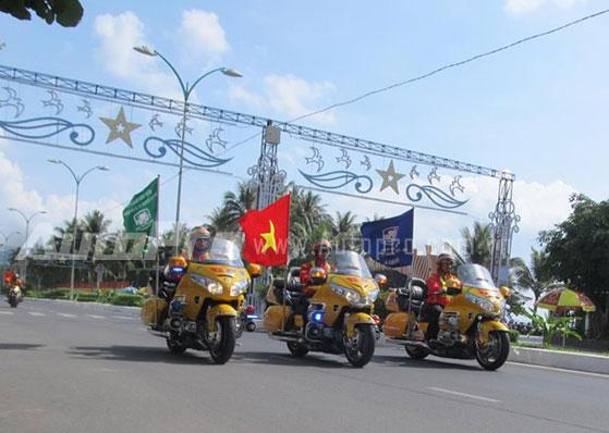 Doan moto dan doan voi tong mau vang choi tai Nha Trang - 13