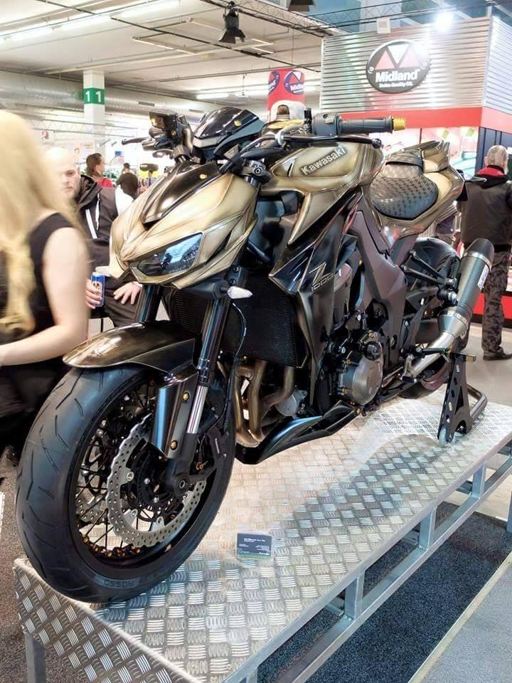 Kawasaki Z1000 do pha cach voi cap banh cam sieu khung