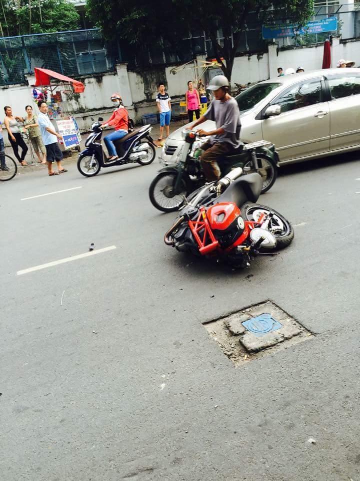 Ducati Monster gay co vi doi dau voi Exciter 135 - 2