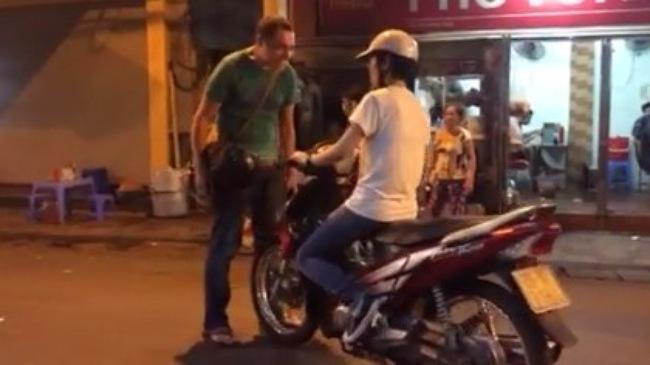 Ong Tay nhac nho dan Viet ve y thuc di xe tren pho di bo o Ha Noi