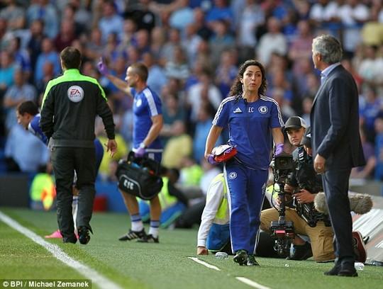 Soc khi HLV Mourinho trung phat nang nu bac si Chelsea - 2