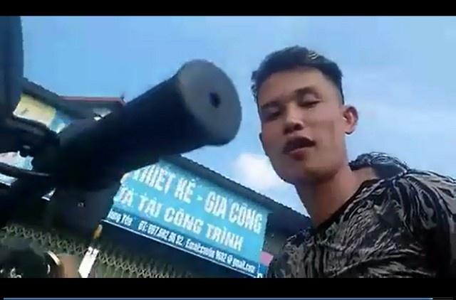 Hiep Ga cho con gai khong doi mu bao hiemchay xe au nhung 1 tay van lay dien thoai quay clip - 2
