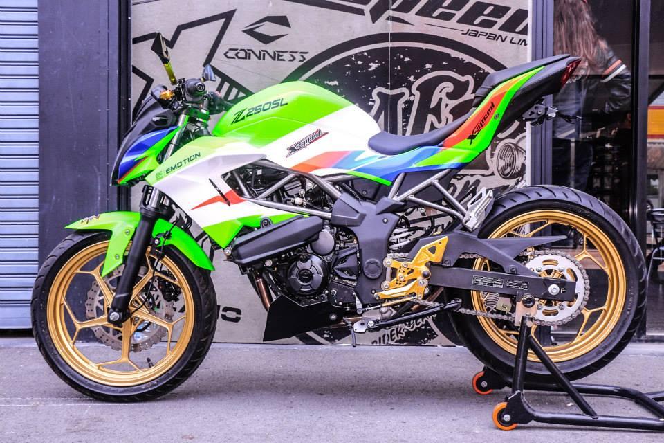 Kawasaki Z250SL do an tuong voi phien ban that noi troi