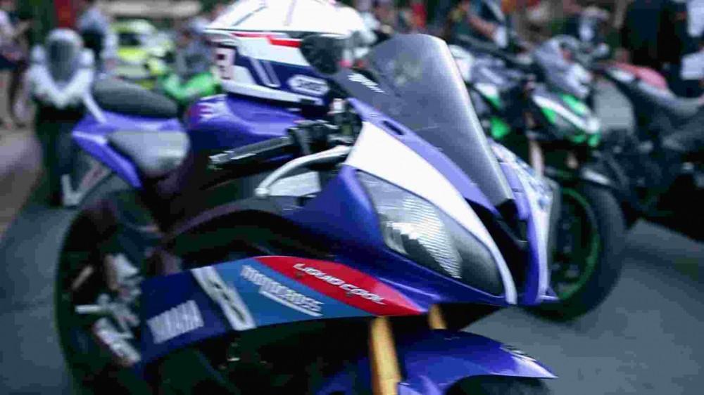 Man cau hon lang man cua mot biker PKL trong Club Ty Phoon Motor