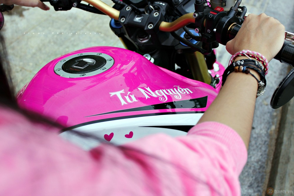 Nu biker tre ben canh CB1000R phien ban Hello Kitty - 9