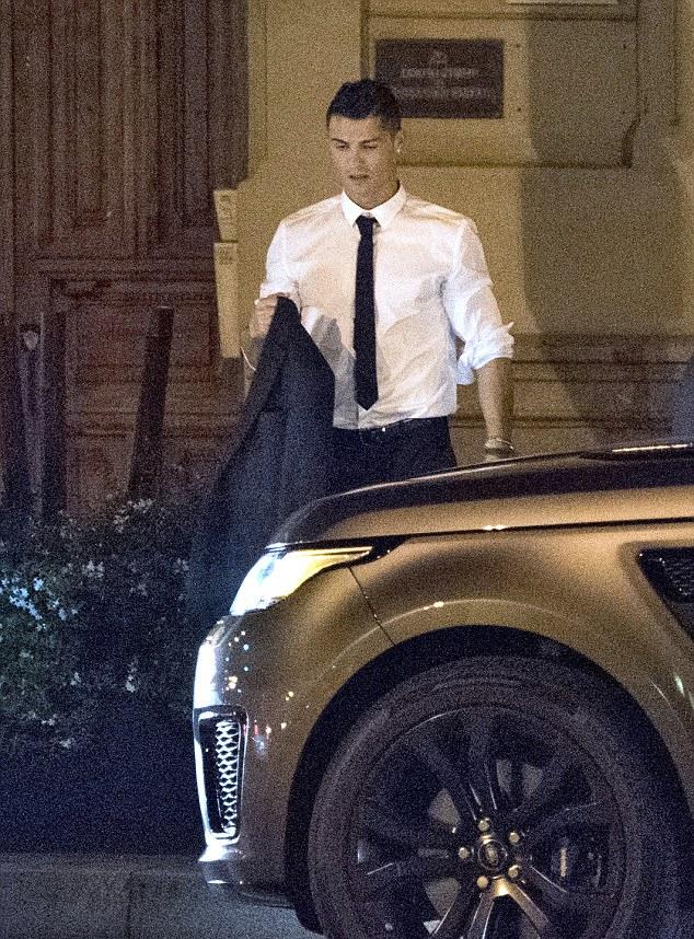 Ronaldo di an voi ban gai moi - 3