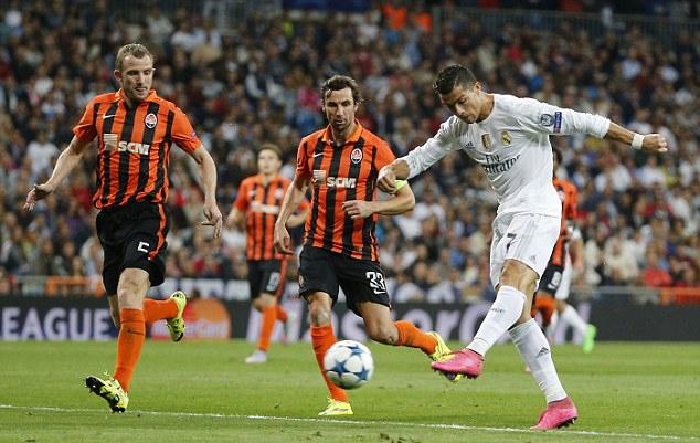 Ronaldo di an voi ban gai moi - 5