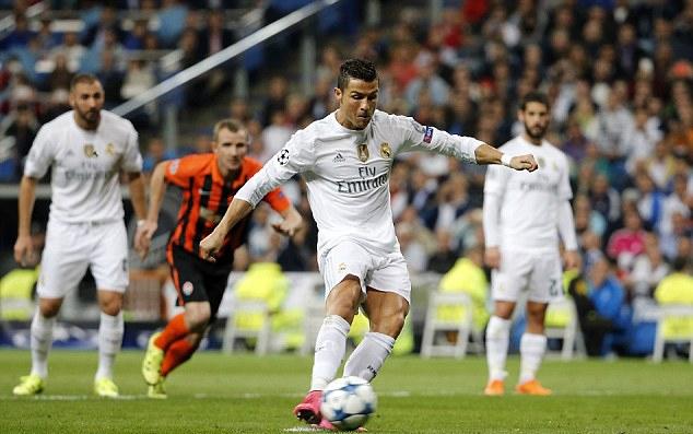Ronaldo di an voi ban gai moi - 6