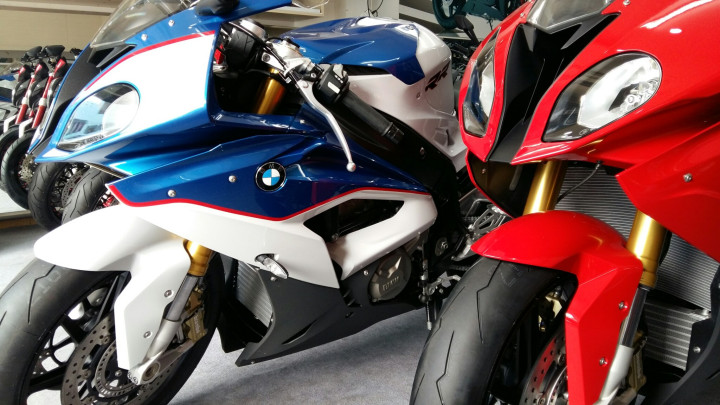 Showroom Moto Ken BMW S1000rr Xanh Trang Da Cap Ben Nha Ae - 4