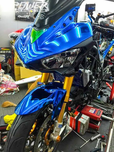 Yamaha R3 do phien ban Crom Movistar voi do choi khung - 5