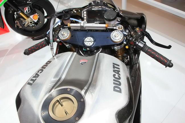 Ducati 1199 Panigale RS13 chiec xe dua tren duong pho - 2