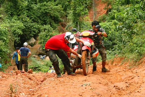 Dung xe may chinh phuc Pha Luong nhung ngay mua xa khoi - 3