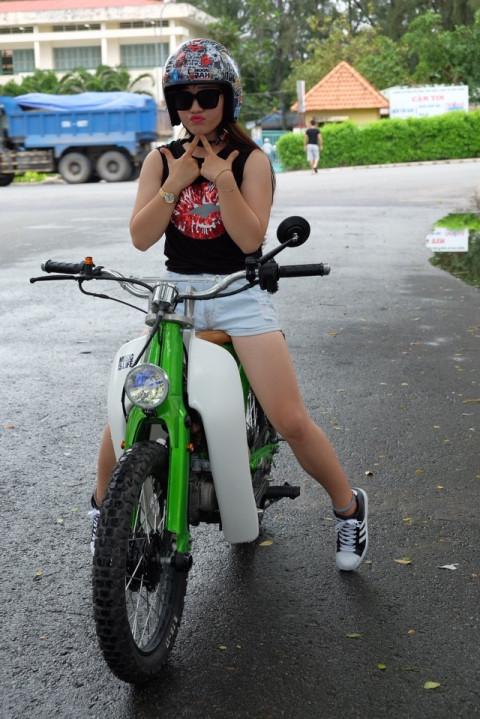 Hot girl cung xe cub do - 2