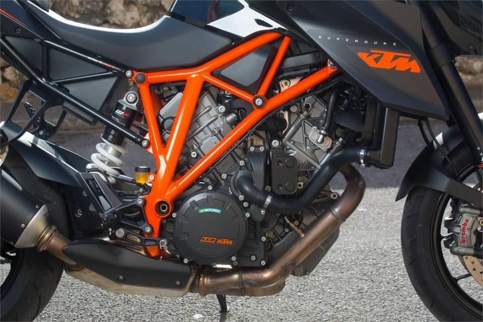 Ke tam lanh nguoi nua can KTM Duke Super 1290 R vs Ducati Monster 1200S - 3