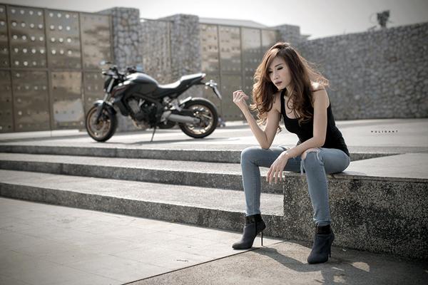 Nguoi dep ca tinh ben canh Honda CB650F - 2