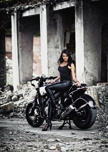Nu biker ca tinh ben mau xe ham ho Yamaha VMax - 5