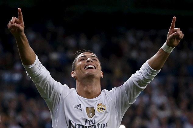 Ronaldo di an voi ban gai moi - 4