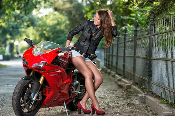 Ve dep rang ngoi cua co mau Tay ben canh sieu xe Ducati 1098S - 3