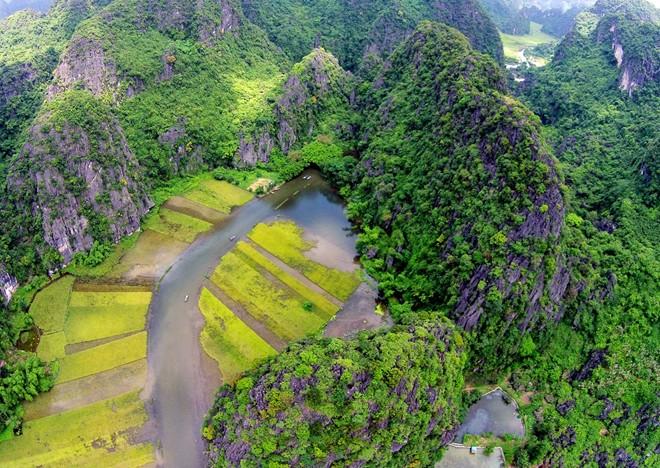 Cach Ha Noi khoang 100 km Tam Coc duoc menh danh la Vinh Ha Long tren can
