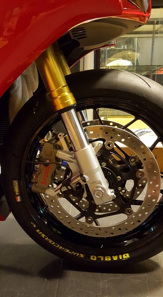 Honda CBR1000RR duoc trang bi nhe mot so do choi hang hieu - 4